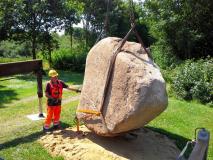 Carsten B. & V.10 leger med en stor sten