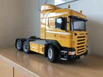 Vogn 13 er en Tamiya 1:14 model af en Scania R620, der står til pynt på kontoret.